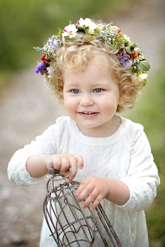 kadr z sesji dziecka w plenerze