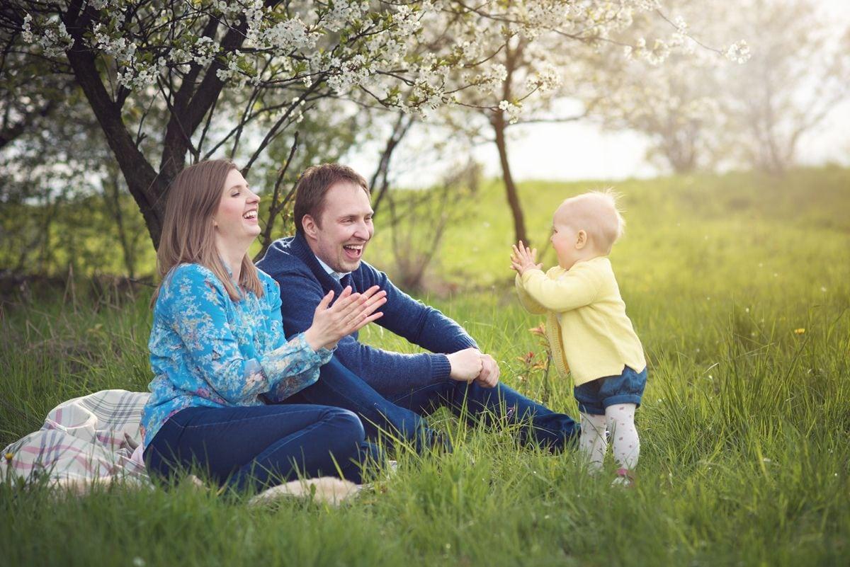 rodzinna fotografia z sesji plenerowej w wiosenny dzień