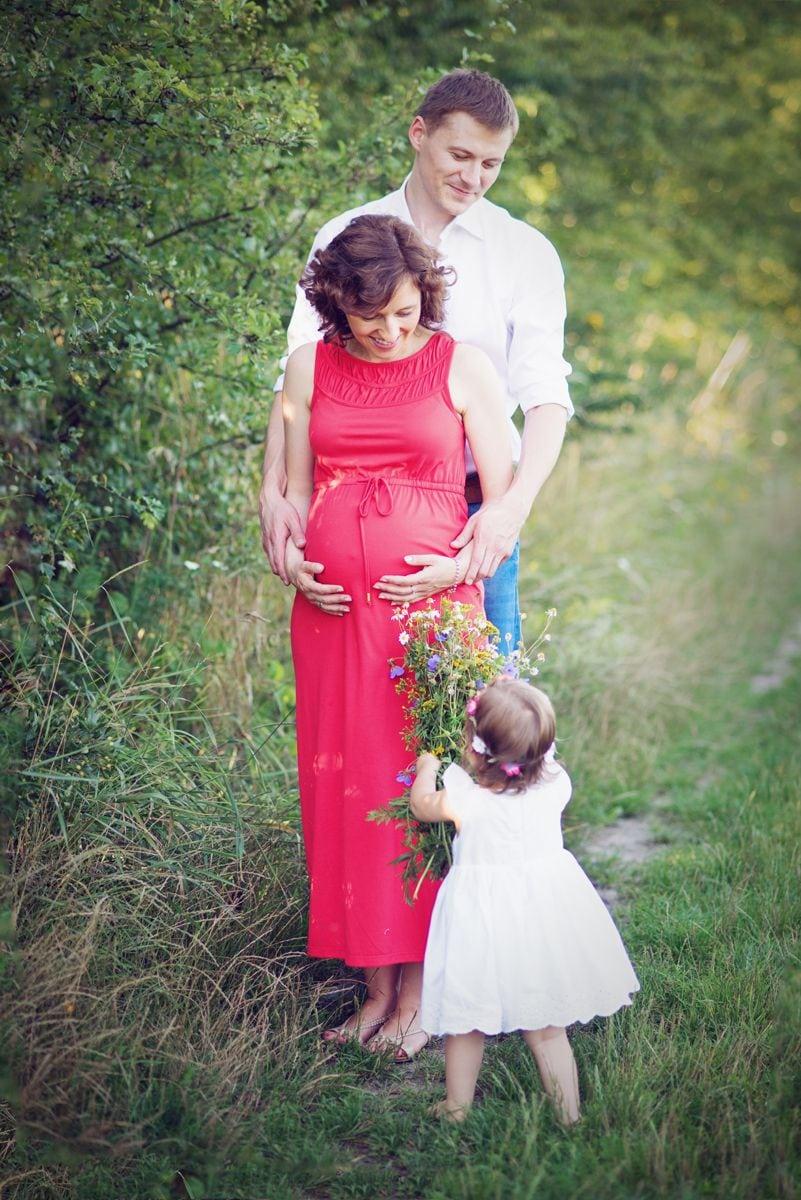 Na łące ciążowa sesja w plenerze