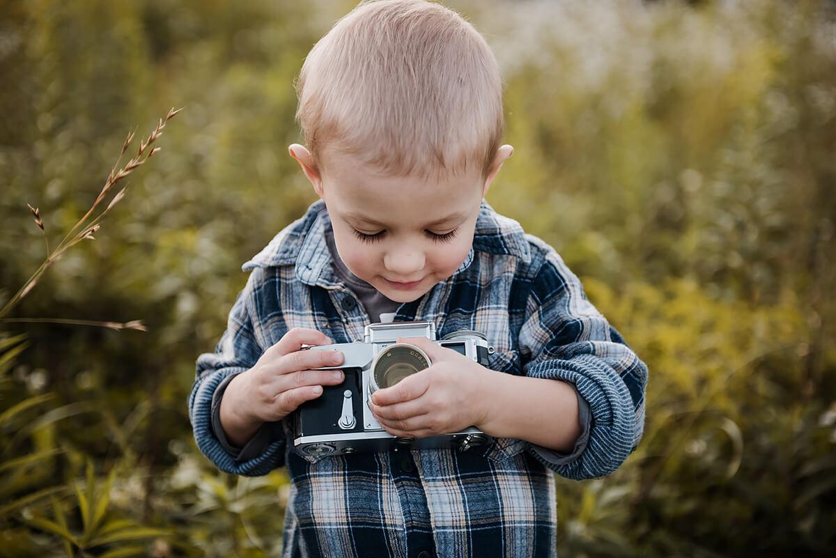sesja dziecieca chlopiec z aparatem