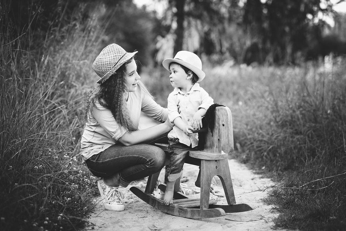 fotografia dziecięca na czarno białych zdjęciach