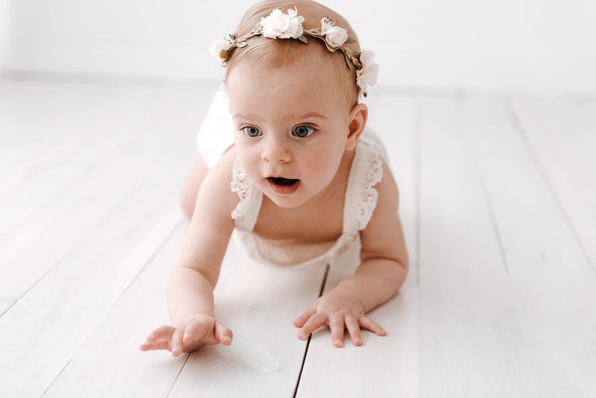 Zdjęcie przedstawiające niemowlaka podczas sesji zdjęciowej