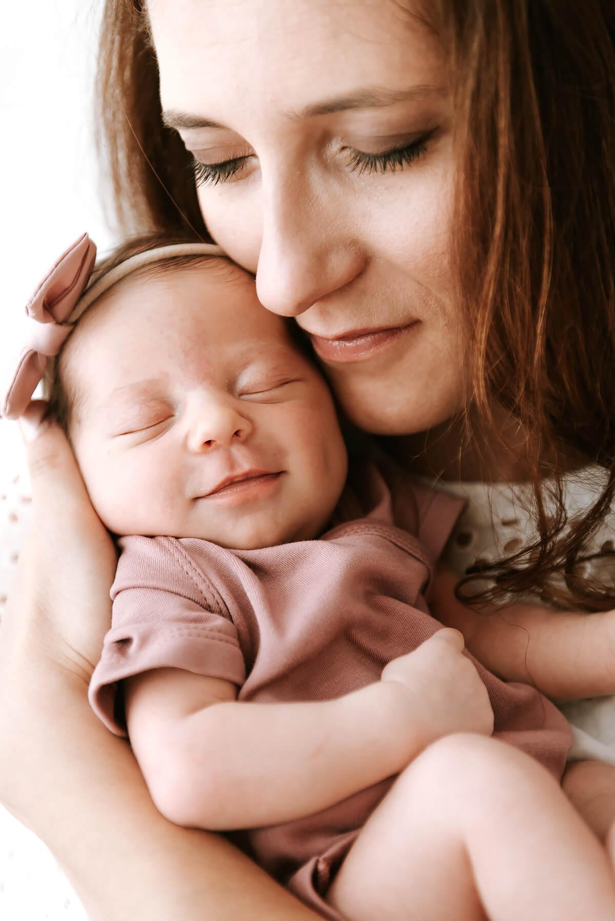 Matczyna miłość sesja noworodkowa