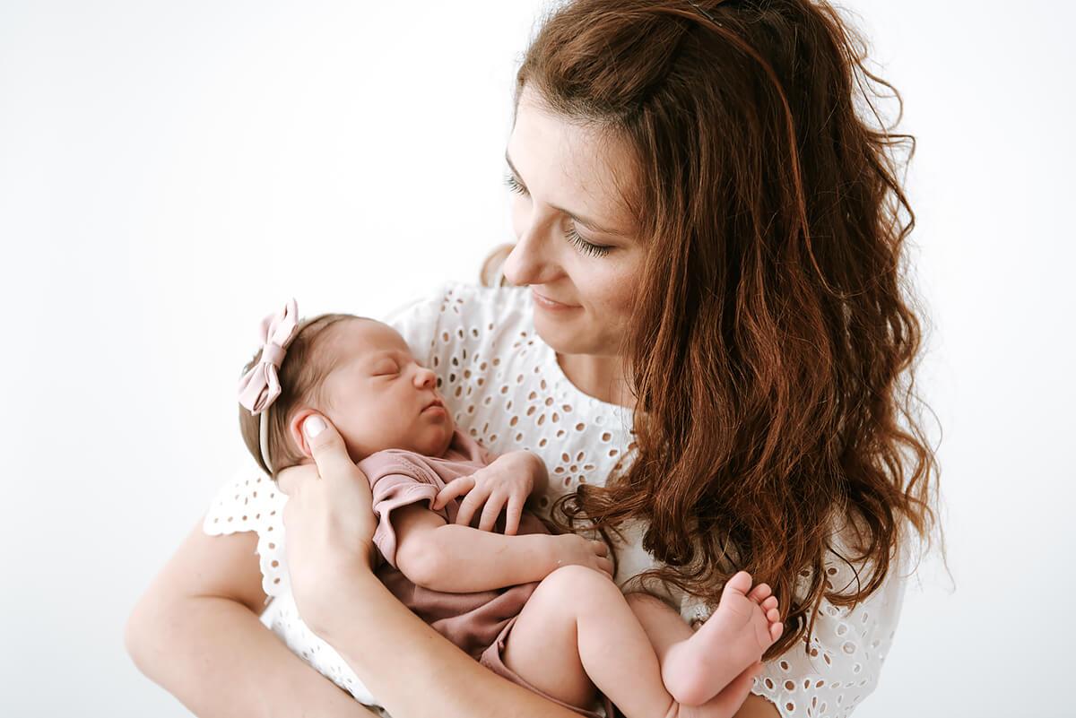 Mam trzyma niemowlę sesja fotograficzna
