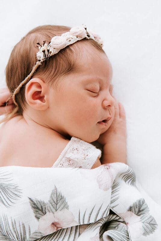 śpiący noworodek na sesji w studio
