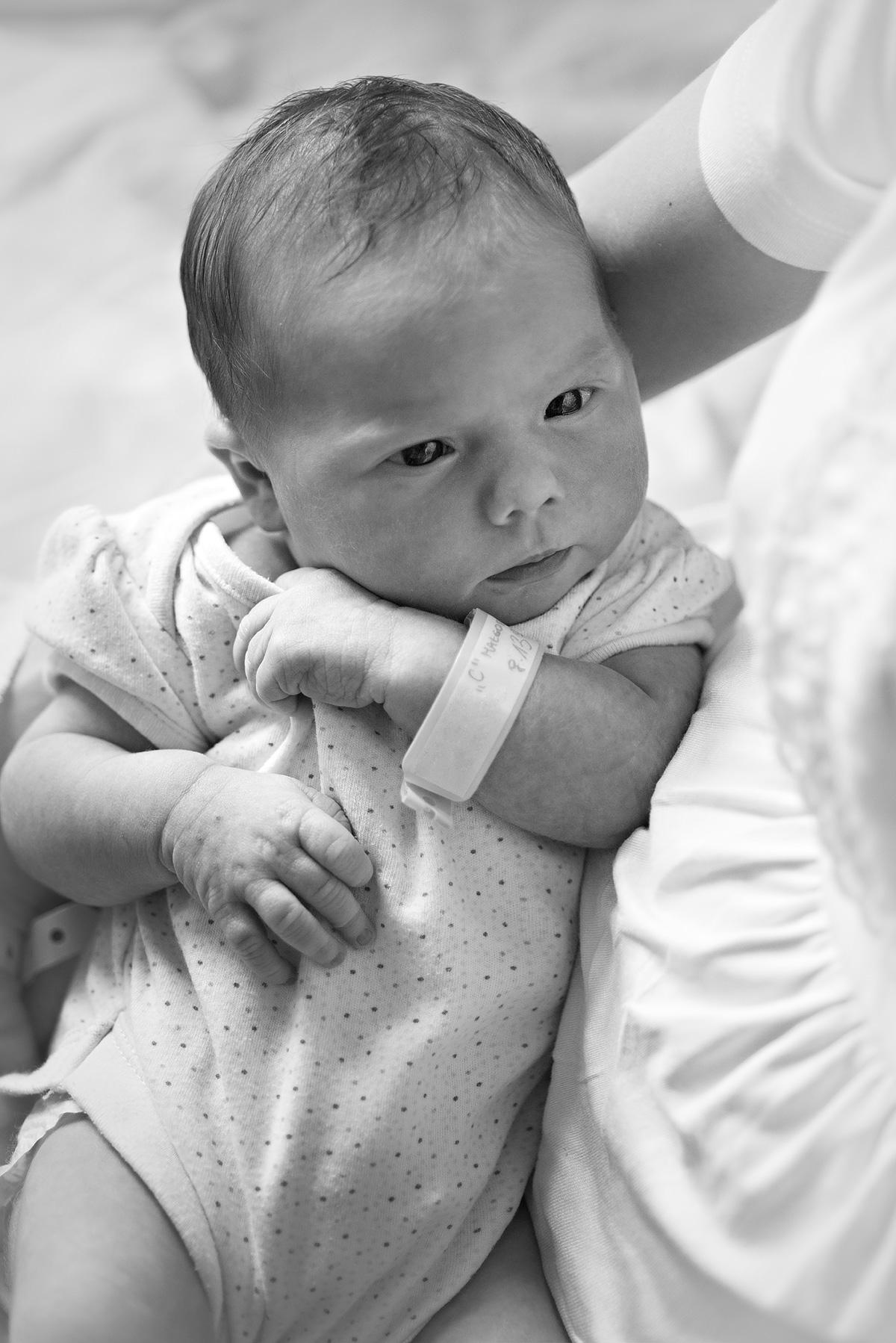 Fotografia dziecka na rękach u mamy w szpitalu
