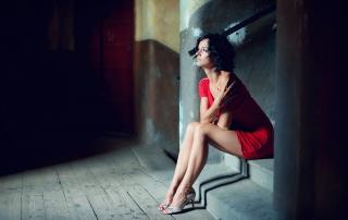 Fotografia kobieca na schodach w starej kamienicy