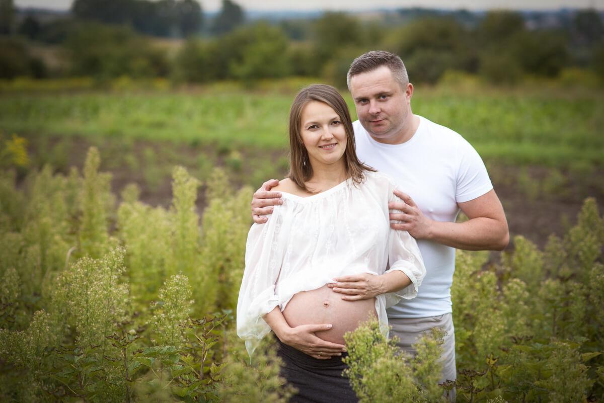 Sesja ciążowa rodziny w plenerze
