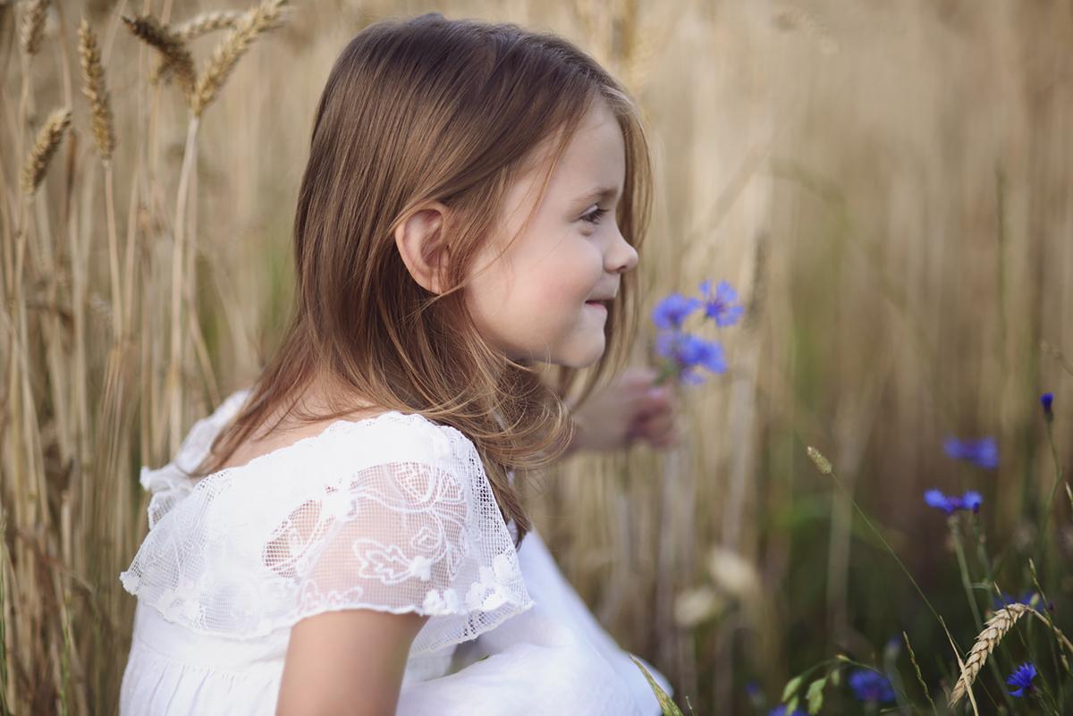 Zdjęcie dziecka na tle traw