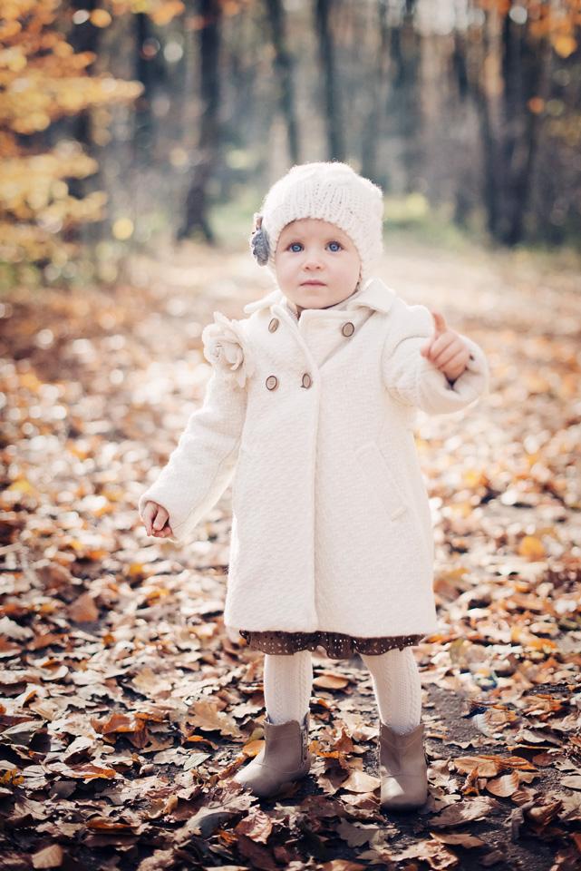 Dziewczynka na zdjęciu w białej czapeczce