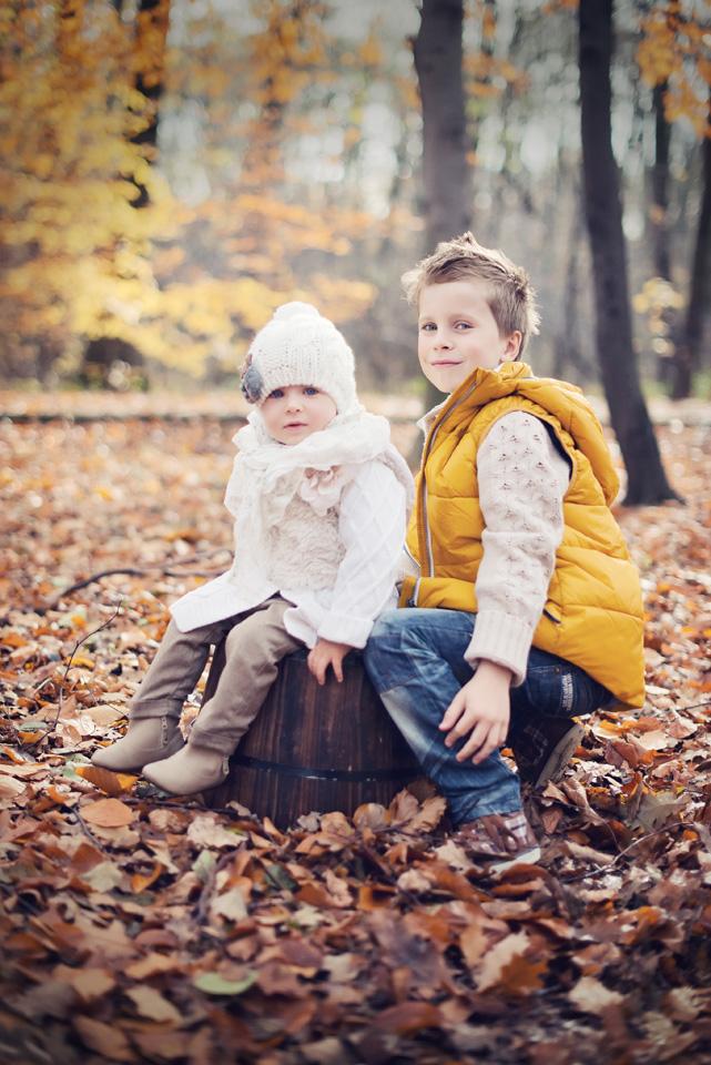 Dzieci na jesiennej sesji fotograficznej