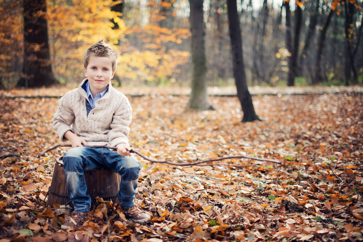 Sesja dziecka w jesiennej scenerii krakowskiego parku