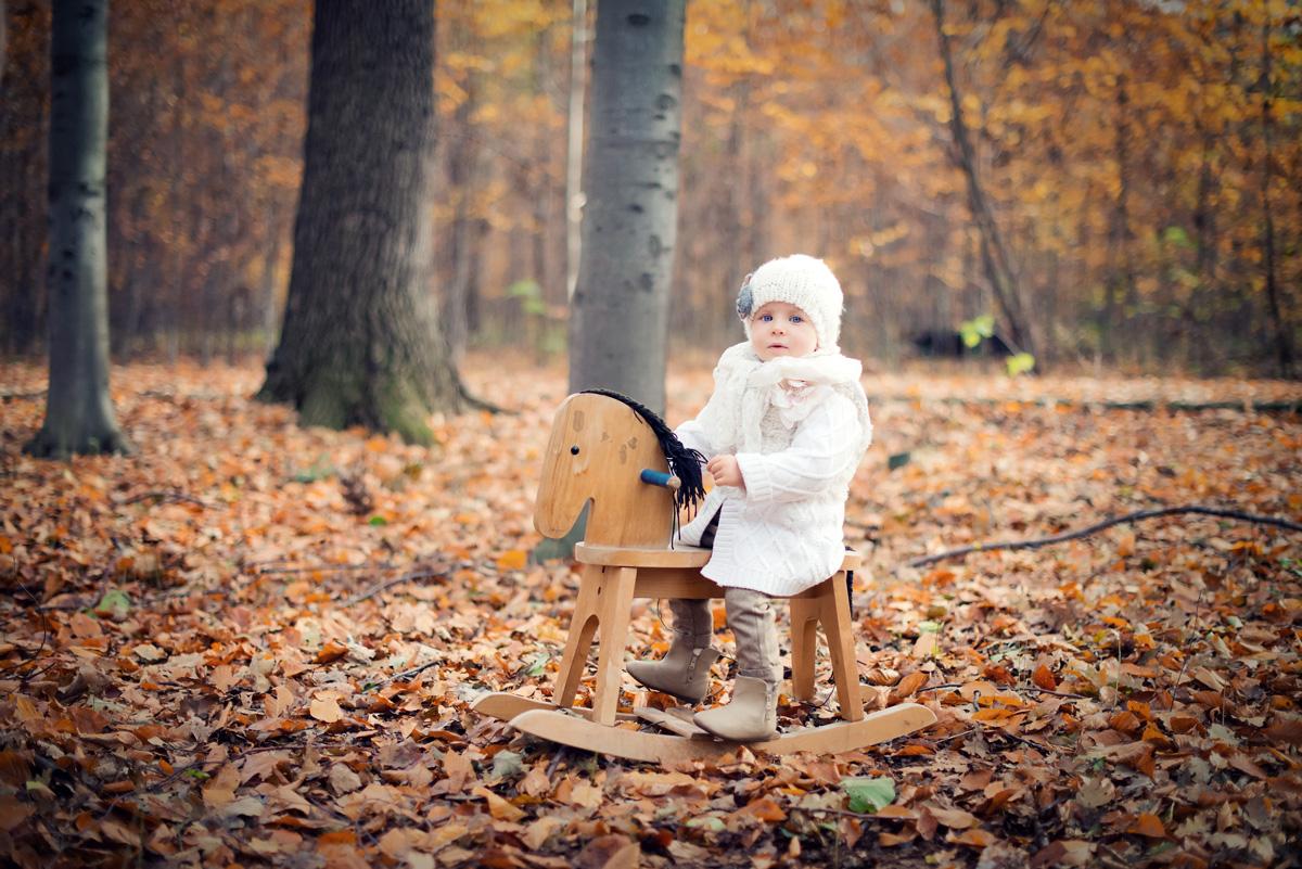 Fotograf wykonuje sesję jesienna dziecka