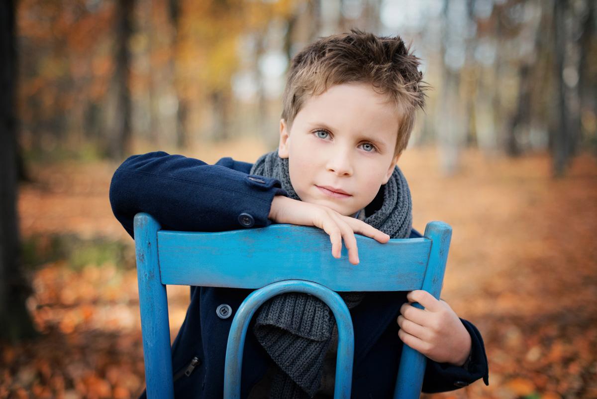 Portret dziecka w jesienny plenerze