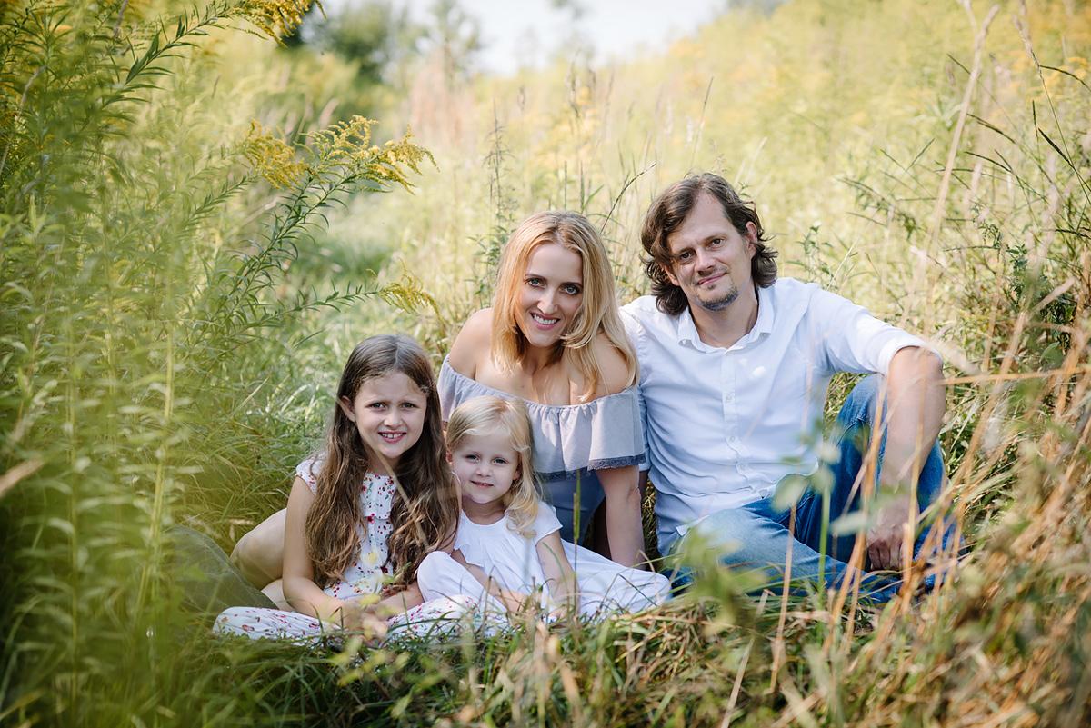 Zdjęcie rodzinny na plenerowej sesji fotograficznej